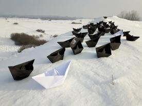 Papierowe łódki na śniegu