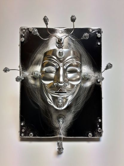 Obiekt K9 - Anonimus, maska, blacha aluminiowa, drewno, drut stalowy, gwoździe, śruby. Wielkość 46x36x17 cm. 2017